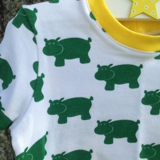 Hvit skjorte i jersey med grønne flodhester