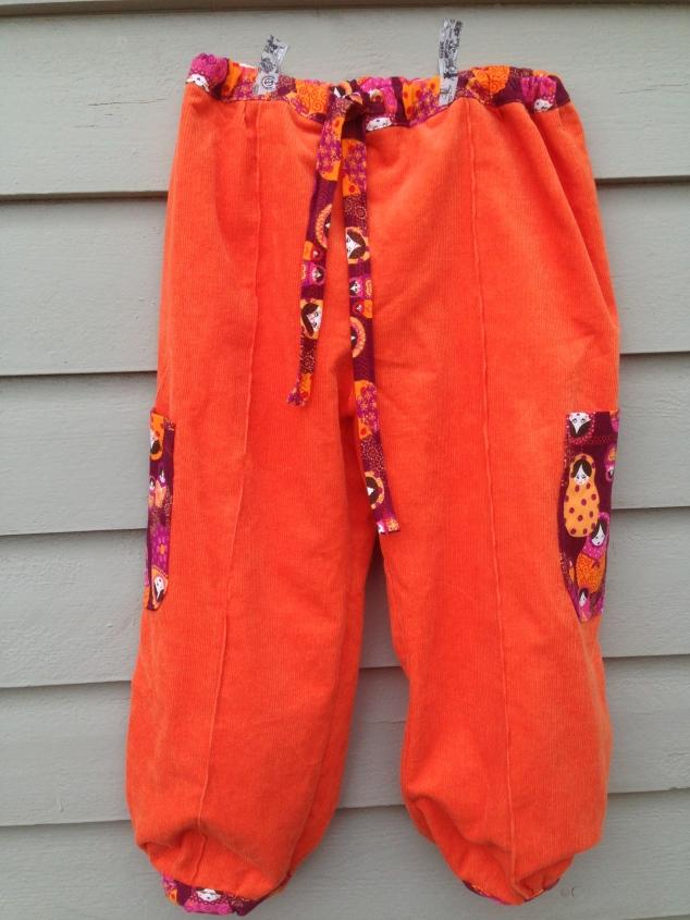 Orange bukse i kordfløyel.