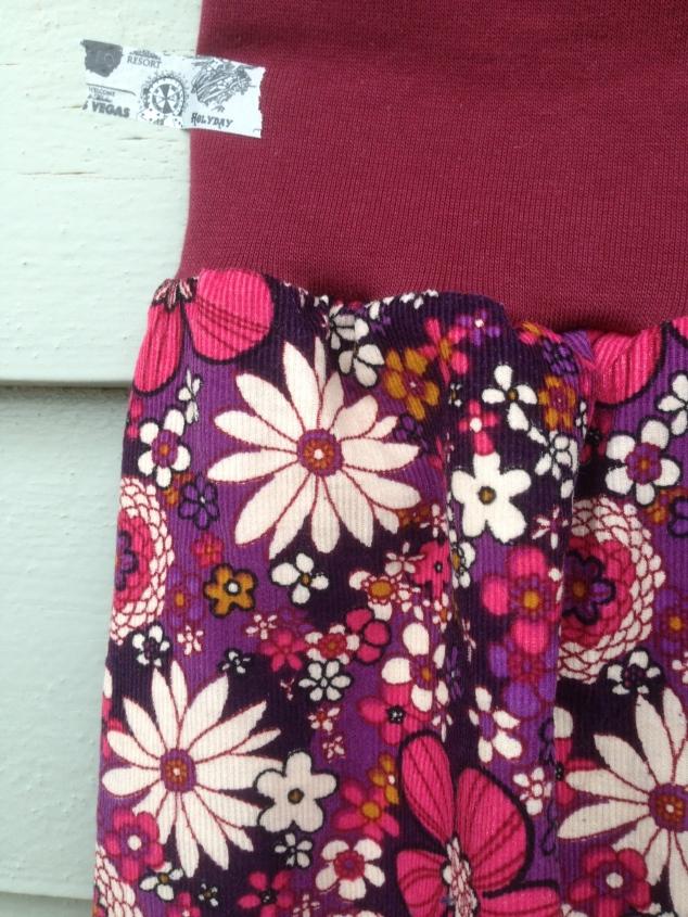 Flower Power bukse detalj, mer korrekte farger.