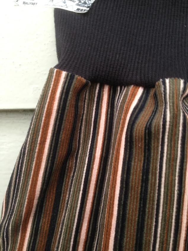 Detaljbilde av bukse og mer riktige farger.
