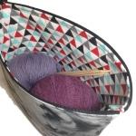 fjær med strikketøy